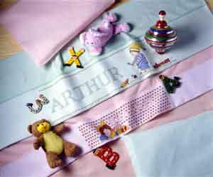 Patrones de punto e cruz para descargar GRATIS en PDF, imprimir y bordar adornos de canastilla de bebé